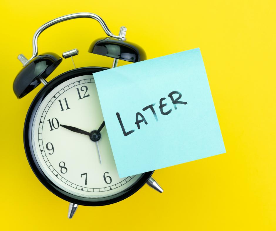 In azienda, persone di tutti i ruoli procrastinano la consegna di progetti, mancano appuntamenti importanti e arrivano tardi.